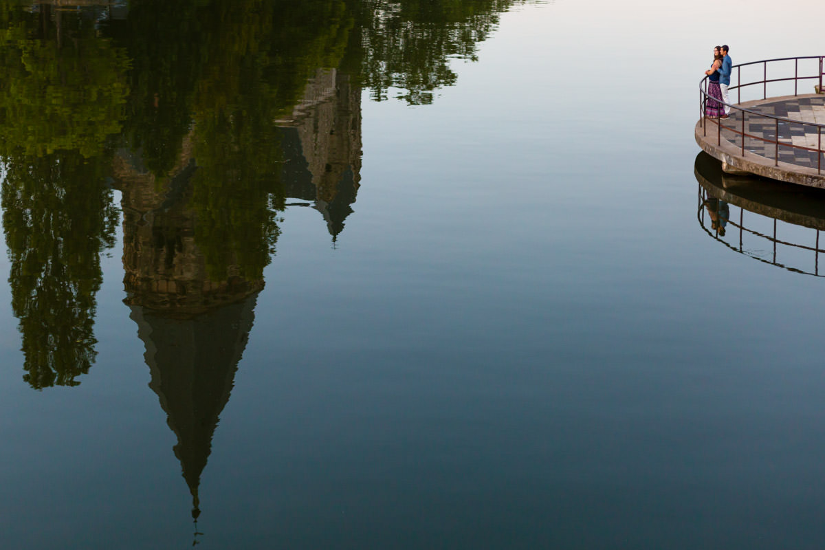 couple looking at the reflection of Metz temple in the Moselle river